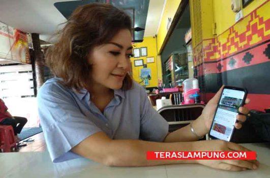 Pemilik RM Mbok Wito, Hevy, sedang memperlihatkan akun Instagram pertamakalinya dia membuka rumah makan.. Foto: Teraslampung.com