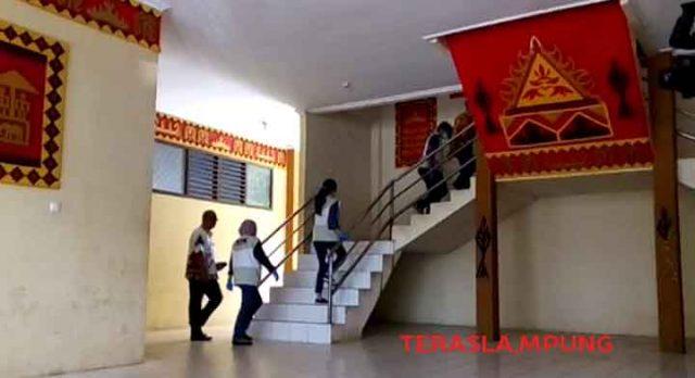 Tim KPK menuju ruang Kepala Dinas PUPR Lampung Utara, Kamis, 10 Januari 2019.