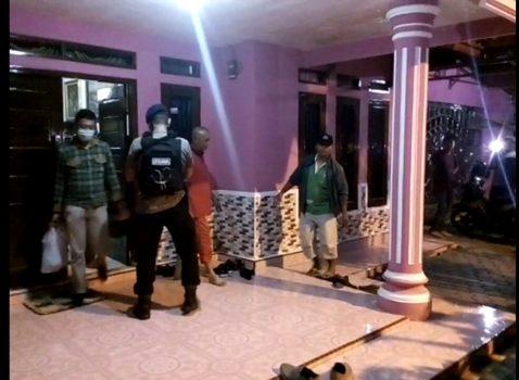 Tim KPK yang menggeledah kediaman Kabid BM Dinas PUPR Lampura, Rabu malam (9/10/2019).