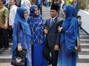 Lora Fadil mengajak tiga istri dan enam anaknya ke Jakarta dalam acara Pelantikan anggota DPR, Selasa, 1 Oktober 2019. Pria yang telah menikah selama 22 tahun ini, namanya dicari netizen setelah tertangkap kamera tertidur ketika rapat paripurna DPR kedua. Dok Pribadi Fadil Muzakki Syah