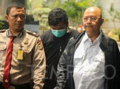 Walikota Medan Dzulmi Eldin dikawal petugas Komisi Pemberantasan Korupsi (KPK) saat tiba di KPK, Jakarta, Rabu, 16 Oktober 2019, Dzulmi Eldin di periksa lebih lanjut pasca terjaring Operasi Tangkap Tangan (OTT) KPK. TEMPO/Genta Shadra Ayubi