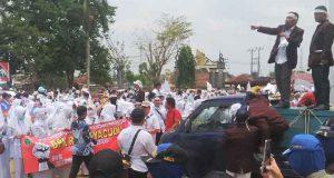 Ribuan perawat berunjuk rasa di depan Kantor PN Kotabumi, Kamis, 3 Oktober. Mereka menuntut pembebasan rekan mereka, Jumraini. dari hukuman. Jumraini ditahan karena diduga melakukan malapraktik.