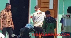 Suasana penggeledahan yang dilakukan oleh tim KPK di Dinas Perdagangan Lampung Utara