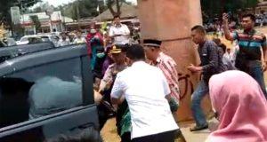 Suasana penusukan Menteri Koordinator Bidang Politik, Hukum, dan Keamanan Wiranto oleh seorang pria saat mengunjungi Pondok Pesantren Mathla'ul Anwar, Pandeglang, 10 Oktober 2019. Istimewa