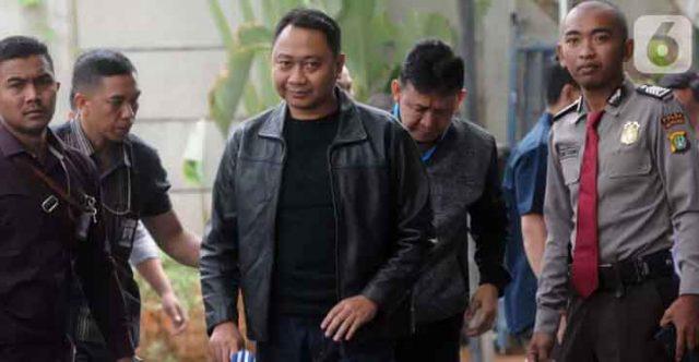 Bupati Lampung Utara Agung Ilmu Mangkunegara tiba di Kantor KPK, Jakarta, Senin siang (7/10/2019) setelah dibawa petugas melalui jalan darat, Minggu malam.