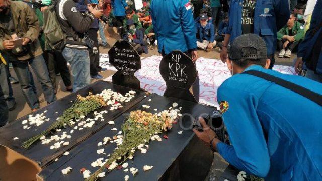 Aksi teatrikal berupa penaburan bunga dan peletakan batu nisan di flyover Senayan dalam demo mahasiswa, Selasa, 1 Oktober 2019, sebagai simbol matinya demokrasi dan KPK. TEMPO/M Julnis Firmansyah