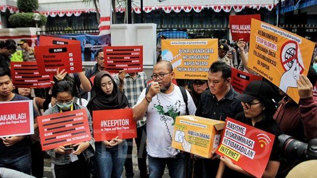 Aliansi SAFEnet menggelar aksi solidaritas di depan Kementerian Informatika dan Komunikasi di Jl Tanah Merdeka, Jakarta, Jumat, 23 Agustus 2019. Ribuan warganet memprotes kebijakan Kominfo yang memblokir sementara jaringan internet di Papua dan Papua Barat. TEMPO/Hilman Fathurrahman W