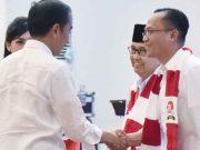 Andi Desfiandi (kanan) berjabat tangan dengan Presiden Jokowi pada sebuah acara (Ist)