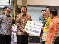 Gubernur Lampung secara simbolis menyerahkan bantuan stimulan perumahan swadaya (BSPS), Selasa, 2 Oktober 2019.