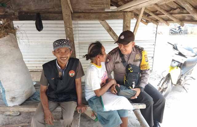 Babinkamtibmas Polsek Sidomulyo, Lampung Selatan, Brigpol Deni A, menyerahkan bantuan sembako warga kurang mampu atau lensia di Desa Sidoharjo, Kecamatan Way Panji.