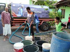Penyaluran bantuan air bersih untuk warga di di sekitar Jln. Urip Sumoharjo, Gang Tangkil, RT 007 Kelurahan Kedaton, Bandarlampun