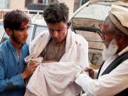 Seorang remaja mendapat pertolongan pertama setelah ledakan berlangsung di sebuah masjid di Provinsi Nangarhar, Afghanistan. (Foto: EPA via BBC).
