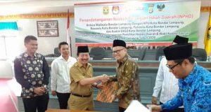 Walikota Herman HN usai menandatangani NPHD bersama Ketua KPU Bandarlampung Fauzi Heri.