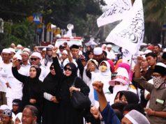 Sejumlah massa dari Front Pembela Islam (FPI) dan beberapa ormas Islam lainnya berorasi di depan Gedung Kementerian Pertanian tempat Basuki Tjahja Purnama alias Ahok disidangkan, Jakarta, 25 April 2017. Massa menuntut agar Ahok segera dihukum penjara atas kasus penistaan agama. TEMPO/Frannoto