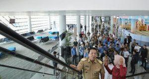 Gubernur Lampung Arinal Djunaidi didampingi Dirut PT ASDP Indonesia Ferry Ira Puspadewi mengunjungi dermaga eksekutif Pelabuhan Bakauheni, Selasa, 1 Oktober 2019.