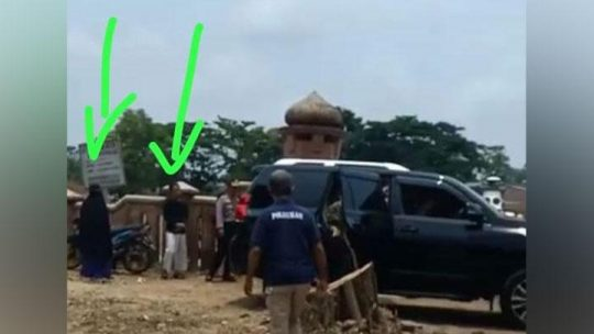 Tanda panah menunjukkan kedua pelaku penyerangan, yakni Fitria Andriana (kiri) dan Syahril Alamsyah alias Abu Rara sebelum menyerang Menkopolhukam Wiranto di Pandeglang, Banten, Kamis, 10 Oktober 2019. Tersangka Fitri dikabarkan mengontrak rumah di dekat lokasi penyerangan. Istimewa