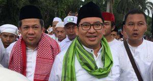 Dua pimpinan Dewan Perwakilan Rakyat, Fahri Hamzah (kiri) dan Fadli Zon (tengah) menghadiri acara Reuni Akbar Alumni 212 di Monumen Nasional, Jakarta, Sabtu 2 Desember 2017. TEMPO/Adam Prireza