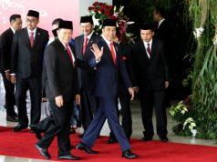 Presiden Joko Widodo (kanan) didampingi Ketua MPR Bambang Soesatyo (kedua kanan) memasuki ruang paripurna sebelum pelantikan Presiden dan Wakil Presiden di kompleks parlemen, Jakarta, Minggu (20/10). - Bisnis/Arief Hermawan P