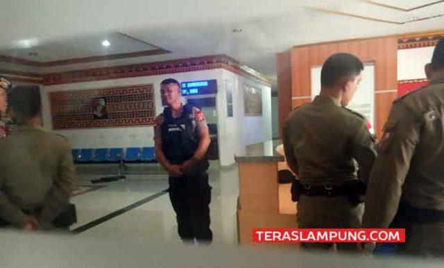 Petugas kepolisian terlihat berjaga - jaga mengamankan lokasi penggeledahan ruang Kantor Bupati Lampung Utara, Rabu, 9 Oktober 2019.