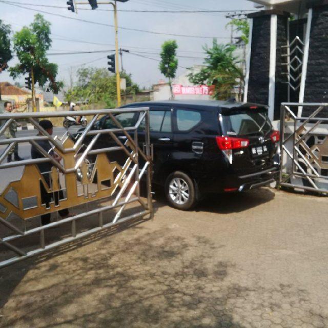 Mobil - mobil petugas KPK diparkir di halaman rumah jabatan Bupati Lampung Utara, Rabu (9/10/2019).