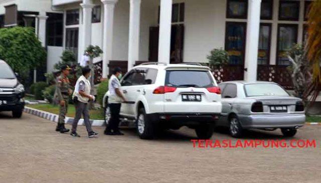 Rombongan KPK bergegas meninggalkan rumah jabatan Bupati Lampung Utara di Jl. Alamsyah Ratu Prawiranegara, Kotabumi, usai penggeledahan, Rabu petang, 9 Oktober 2019.