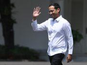 Salah satu pendiri yang juga CEO Gojek Nadiem Makarim melambaikan tangannya saat berjalan memasuki Kompleks Istana Kepresidenan, Jakarta, Senin (21/10/2019). - ANTARA FOTO/Wahyu Putro A.
