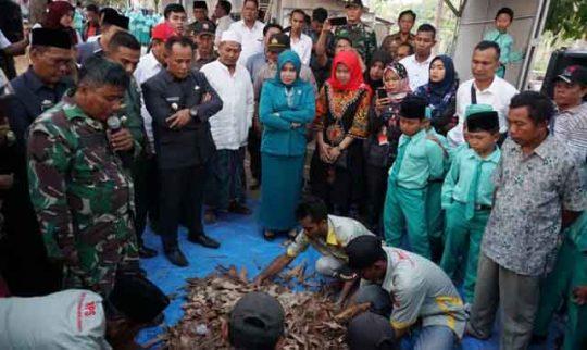 Nanang Ermanto Apresiasi Inovasi Pembuatan Pakan Ternak dari Sampah di Sidomulyo