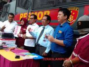 HS (kanan,berbaju tahana) dihadirkan Polda Lampung dalam ekspos pengungkapan kasus uang palsu, Rabu (16/10/2019).