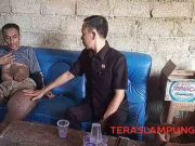 Ketua DPRD Lampung Utara,Romli, saat mengunjungi Nirwanto, penderita penyakit kaki gajah, Selasa lalu (15/10/2019).