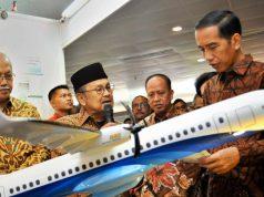 Presiden Joko Widodo (kanan) mendengarkan penjelasan dari Presiden ke-3 RI BJ Habibie (kedua kiri) mengenai pesawat R80. Pesawat R80 dirancang oleh PT Regio Aviasi Industri (RAI), dimana perusahaan ini khusus mengembangkan pesawat R80 yang merupakan lanjutan dari pesawat N250 yang juga hasil ciptaan Habibie. ANTARA