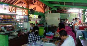 Suasana dapur Rumah Makan Sego, persiapan menunggu pengunjung yang akan makan siang.