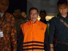 Sunjaya Purwadisastra keluar dari gedung KPK dengan mengenakan rompi oranye pada Jumat dinihari, 26 Oktober 2018 (Foto Antara via Tempo.co)