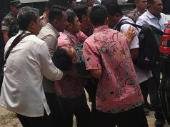 Menko Polhukam Wiranto digotong menuju mobil usai diserang oleh seseorang tak dikenal di Pandeglang, Banten, Kamis 10 Oktober 2019. Antara Foto/Weli Ayu Rejeki