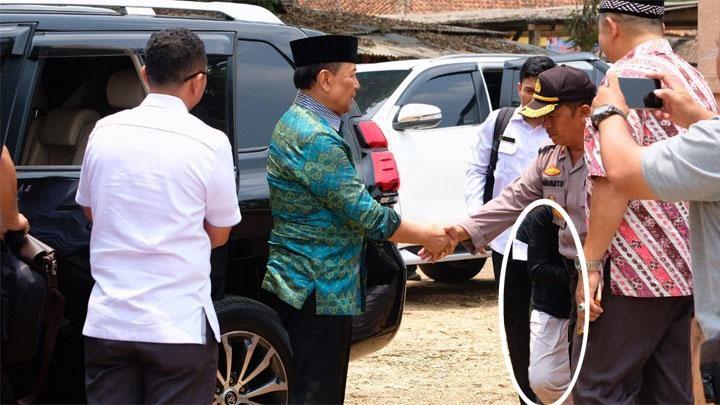 Pelaku penyerangan (dilingkari putih) berada dibelakang polisi saat bersiap melakukan penyerangan terhadap Menteri Koordinator Bidang Politik, Hukum, dan Keamanan, Wiranto, di Pondok Pesantren Mathla'ul Anwar, Pandeglang, 10 Oktober 2019. Istimewa