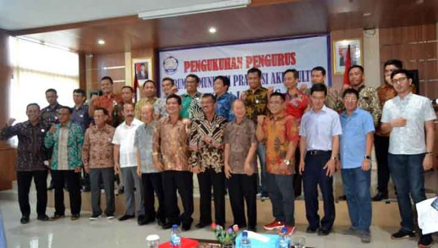 Berfoto bersama seusai acara pengukuhan Pengurus FKPA.