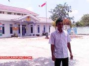 Barudin di depan Kantor Desa Titiwangi, Candipura, Lampung Selatan.