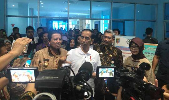 Presiden Jokowi memberikan keterangan kepada para wartawan usai sidak di RSU Abdoel Moeloek Bandarlampung, Jumat, 15 November 2019. Foto: Setkab