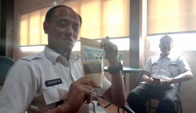 Kepala Dinas Kesehatan Waykanan Anang Risgiyanto menunjukkan kopi jamu Ansor.