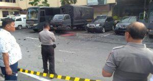Petugas kepolisian berjaga dilokasi bom Bunuh Diri di Polrestabes Medan, 13 November 2019. Diduga dua pelaku aksi bom bunuh mengenakan atribut Ojek Online. Foto/Istimewa