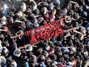 Para pelayat membawa tubuh istri komandan lapangan Jihad Islam Palestina Baha Abu Al-Atta saat pemakaman mereka di Kota Gaza 12 November 2019. [REUTERS / Mohammed Salem]