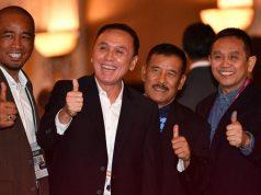 Calon Ketua Umum PSSI M Iriawan (kedua kiri) bersama sejumlah delegasi berfoto bersama saat pembukaan Kongres Luar Biasa (KLB) PSSI di Jakarta, Sabtu 2 November 2019. ANTARA FOTO/Sigid Kurniawan