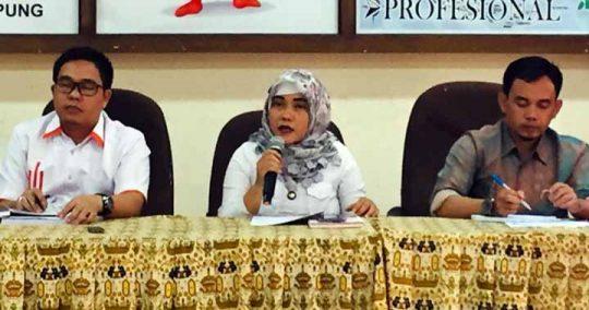 Komisioner KPU Lampung Esti Nur Fatonah membantah terlibat suap Rp100 juta untuk mengisi jabatan anggota KPU Tulangbawang.
