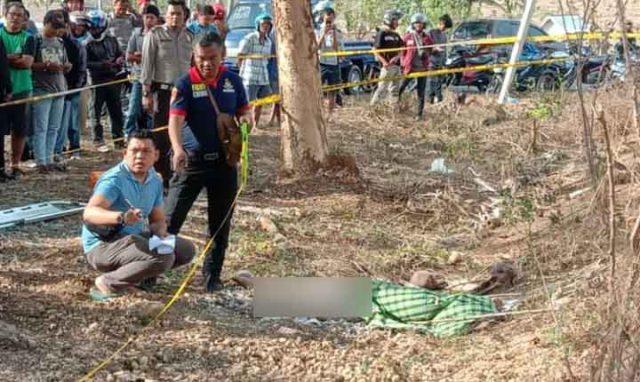 Tim Inafis Polres Lampung Selatan dan petugas Polsek Kalianda memasang garis polisi dan melakukan olah TKP di lokasi penemuan jasad wanita di areal kebun dekat Stadion Pagar Alam Jati Indah, Kalianda.