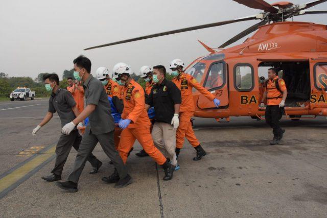 Petugas Basarnas mengevakuasi mayat yang diduga penyelam WNA asal China, Senin (11/11/2019). Mayat tersebut ditemukan nelayan di perairan Kabupaten Pesisir Barat, Lampung. Foto: Basarnas
