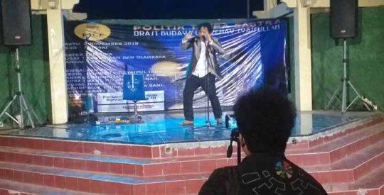 Parade Baca Puisi Politik Tanpa Sastra di Teater Terbuka PKOR Wayhalim