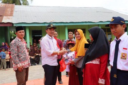 Bupati Parosil Serahkan Seragam Gratis untuk Siswa-Siswi di Dua Kecamatan