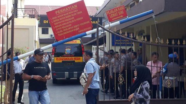 Suasana Di Dalam Markas Polrestabes Medan Sesaat Setelah Serangan Bom Bunuh Diri. Foto : Sahat Simatupang Tempo.