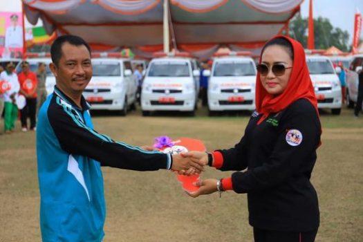 Bupati Tulangbawang, Winarti, menyerahkan secara simbolis 48 ambulans untuk kampung, 1 ambulans untuk RSUD, dan 1 ambulans untuk Dinas Kesehatan Tulangbawang.