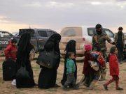 Perempuan dan anak-anak yang mengungsi dari pertempuran terakhir melawan ISIS, berjalan di dekat desa Baghouz di provinsi Deir Az Zor.[REUTERS]