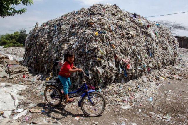 Sebagian sampah yang ditemukan di tepi Sungai Brantas memiliki label